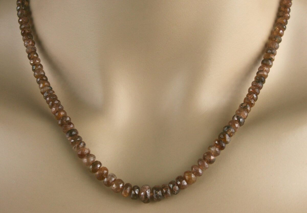 Andalusit Kette 2 1200x833 - Andalusit Kette - Collier in braun, mit feurigem Farbglanz, 103 ct.