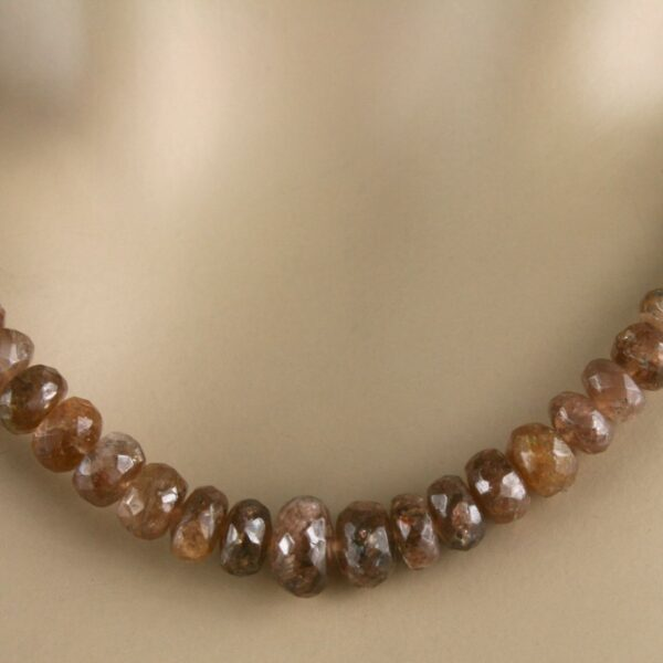 Andalusit Kette 3 600x600 - Andalusit Kette - Collier in braun, mit feurigem Farbglanz, 103 ct.
