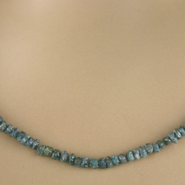 blaue rohdia kette 3 600x600 - Rohdiamant Kette - Collier in blau, 19,50 ct.